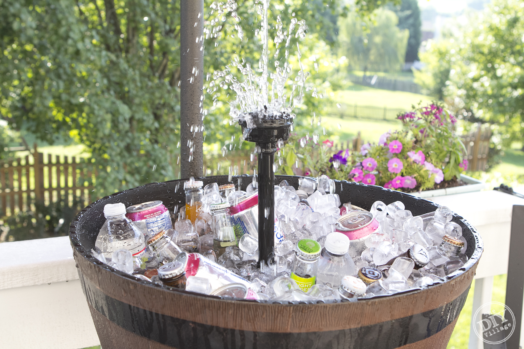 Awesome Iced beverage cooler fountain. This is so cool. I need one of these for our next cookout or summer party! Great way to keep guests drinks cool.